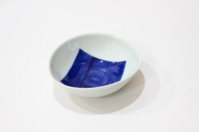 染付<br /> 変形小鉢(角紋・青)