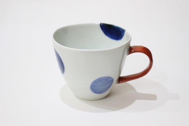 染付<br /> Uマグカップ(二色丸紋・取っ手赤)